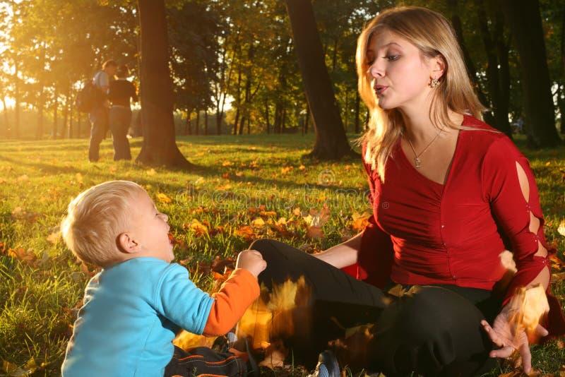 Familia en otoño imágenes de archivo libres de regalías