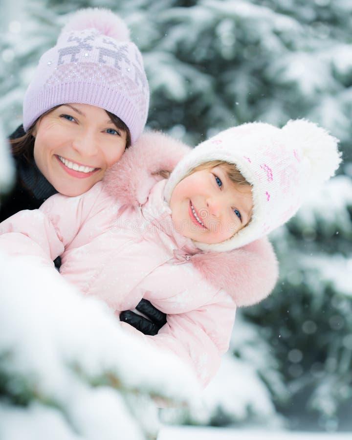 Familia en parque del invierno foto de archivo