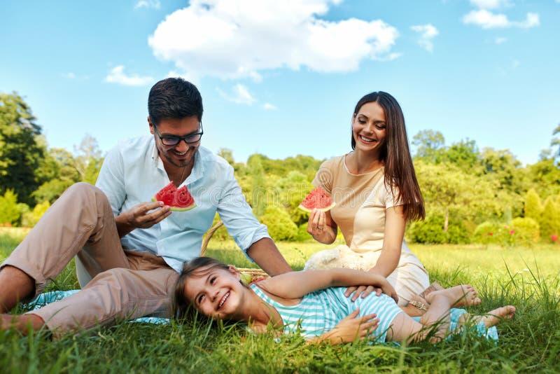 Familia en parque padres felices y ni o jovenes que se for Concepto de la familia para ninos