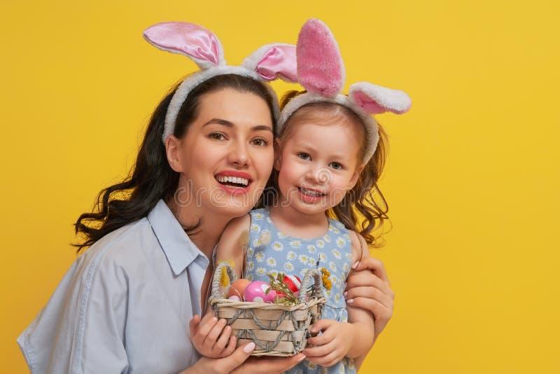 Familia en Pascua imágenes de archivo libres de regalías
