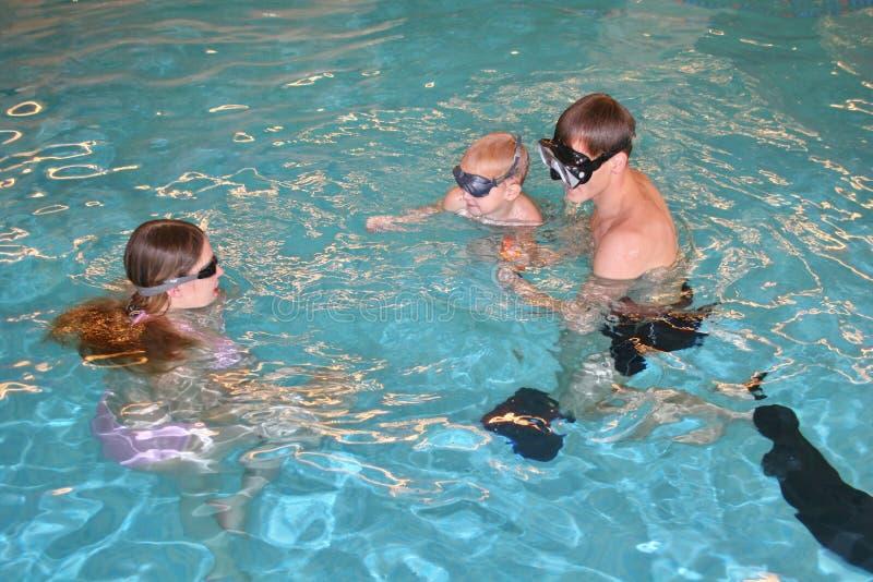 Familia en piscina imagenes de archivo