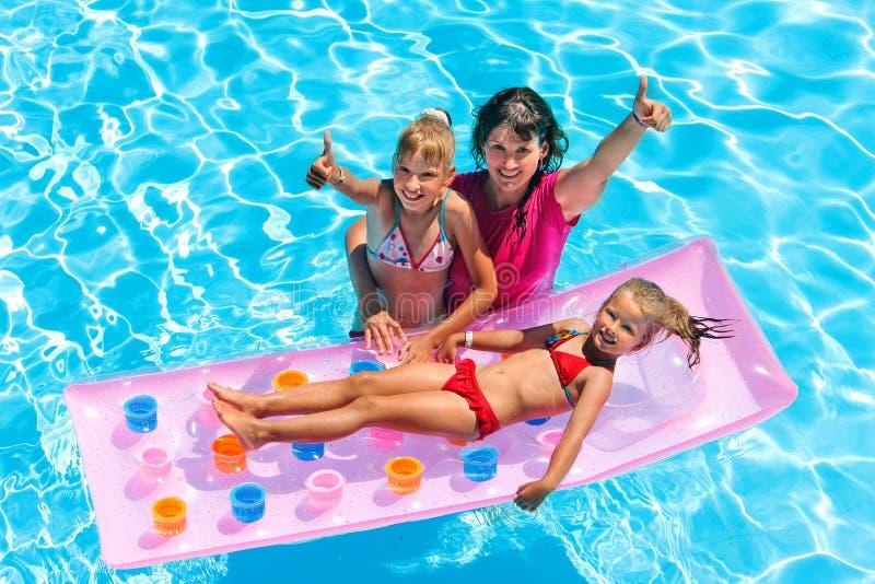 Familia en piscina fotografía de archivo