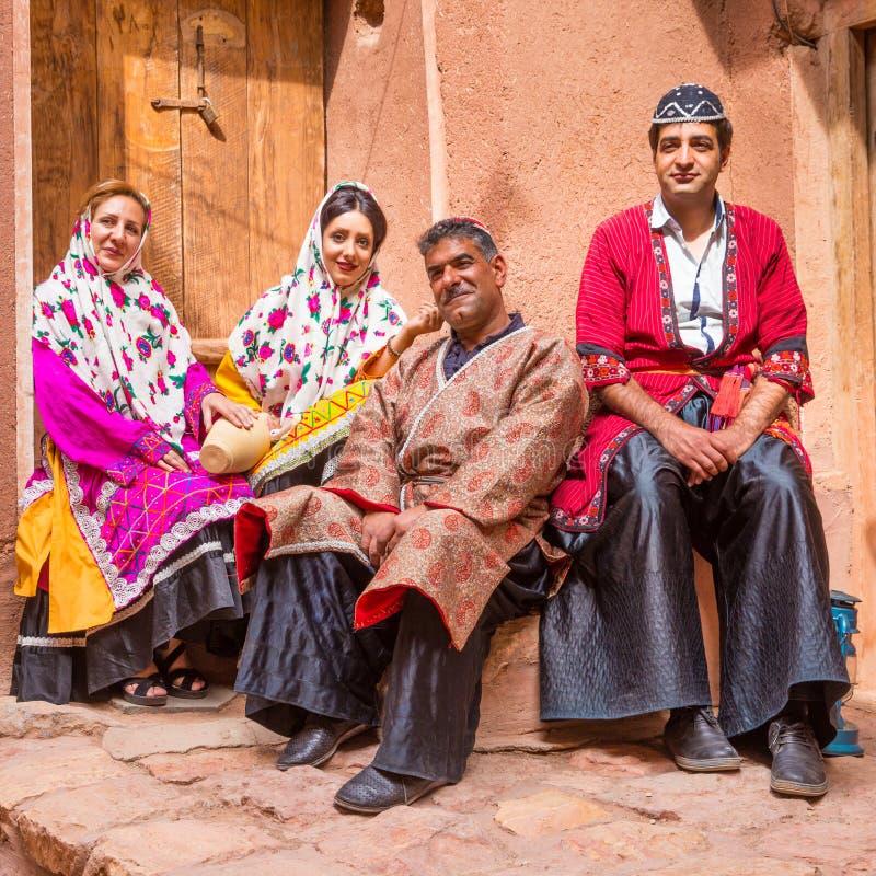 Familia en ropa tradicional en Abyaneh, Irán imagen de archivo libre de regalías