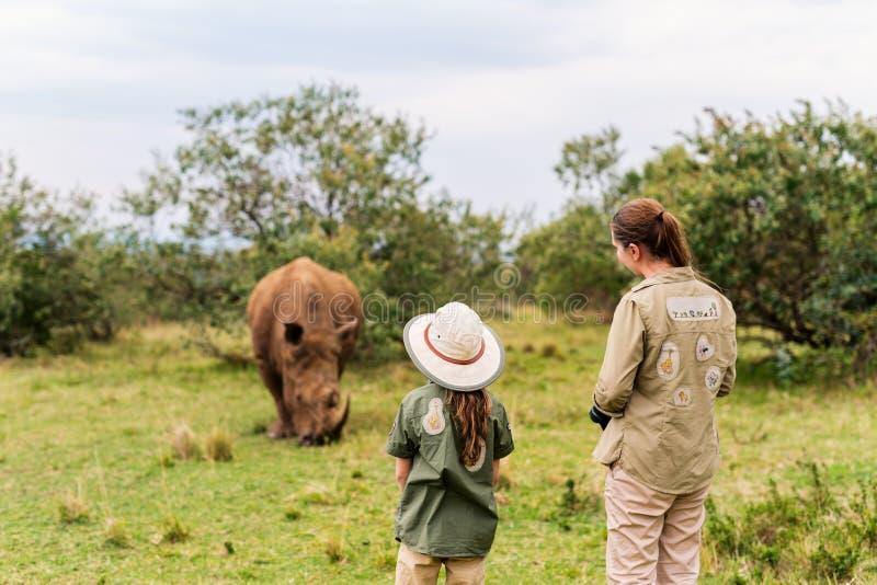 Familia en safari fotos de archivo libres de regalías