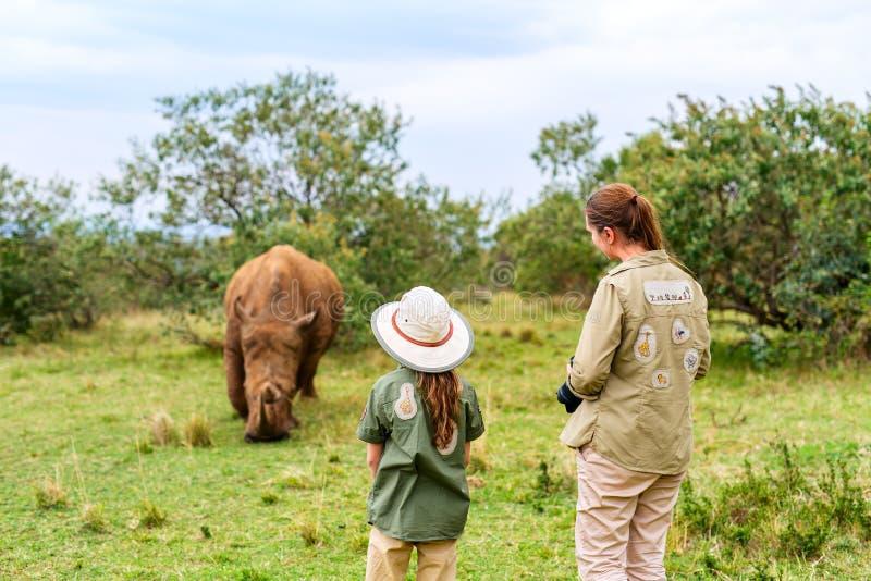 Familia en safari fotografía de archivo libre de regalías