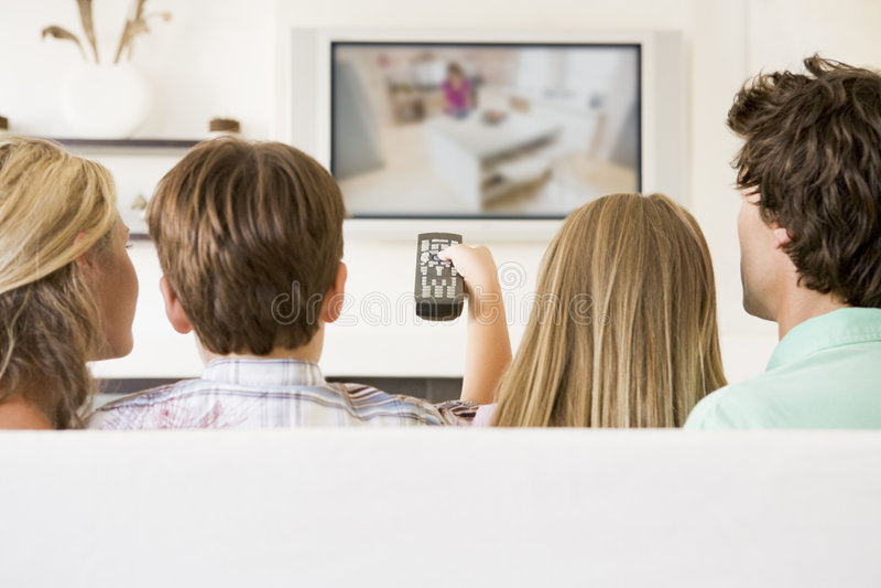 Familia en sala de estar con teledirigido imágenes de archivo libres de regalías