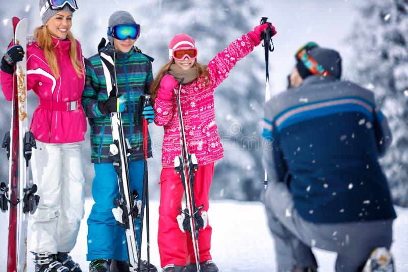 Familia en toma de las vacaciones del invierno que fotografía junto foto de archivo libre de regalías