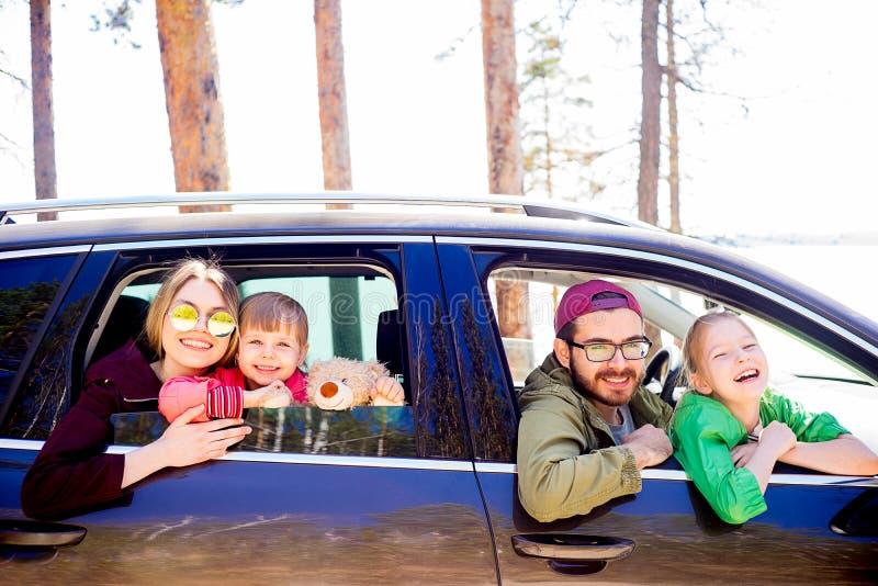 Familia en un coche fotos de archivo libres de regalías