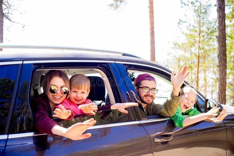 Familia en un coche imagenes de archivo