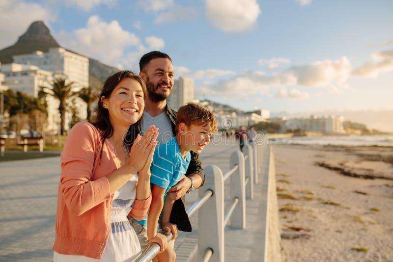 Familia en un día hacia fuera cerca del mar imagen de archivo libre de regalías