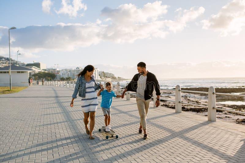 Familia en un día hacia fuera cerca del mar fotos de archivo