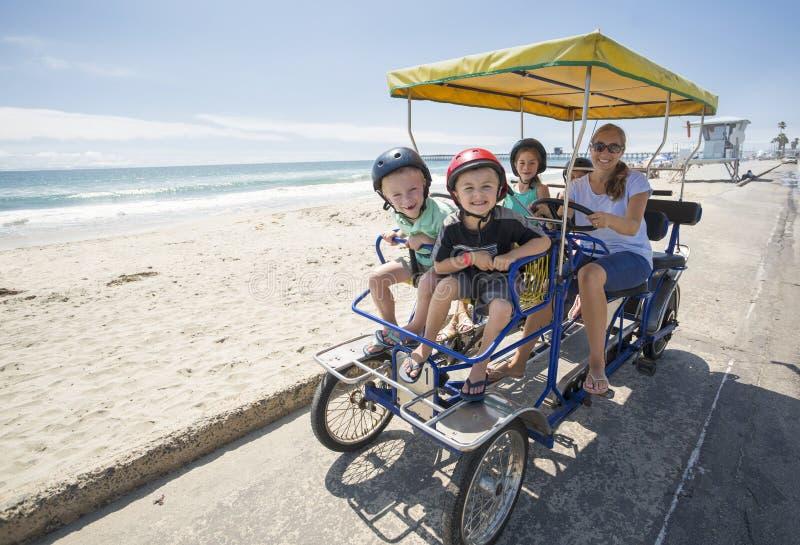 Familia en un paseo de la bici de Surrey a lo largo de la costa de California imágenes de archivo libres de regalías