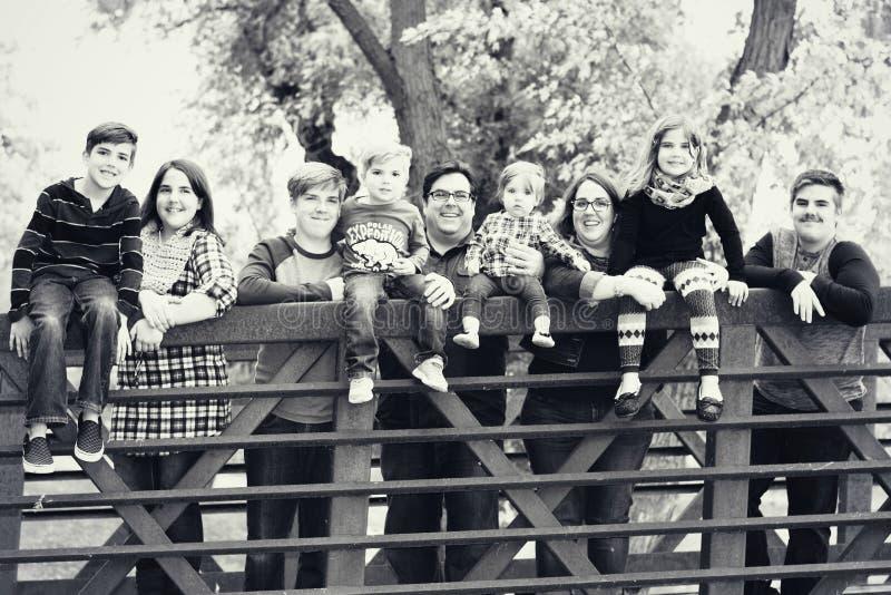 Familia en un puente fotografía de archivo libre de regalías