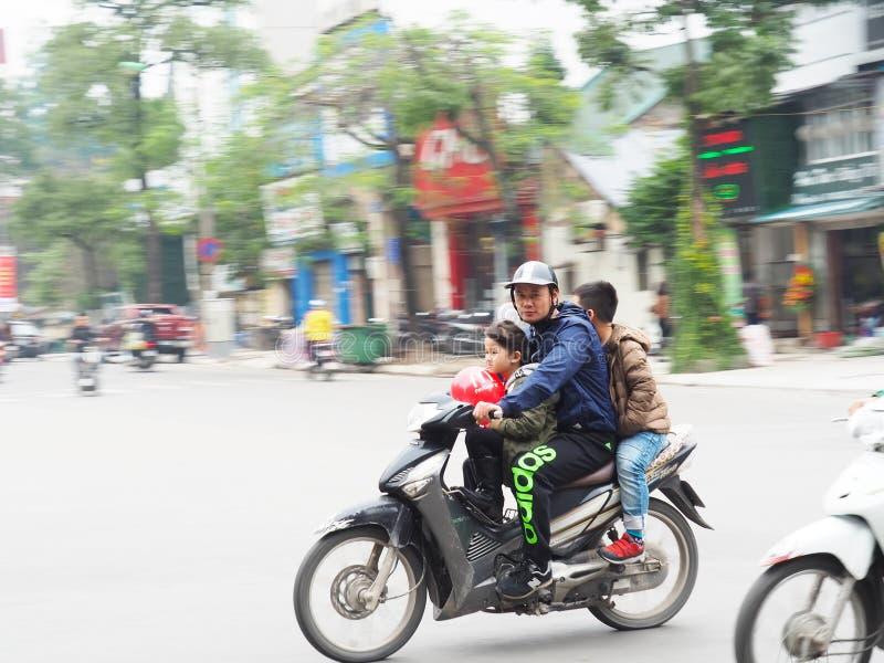 Familia en una moto - efecto de la toma panorámica fotos de archivo libres de regalías