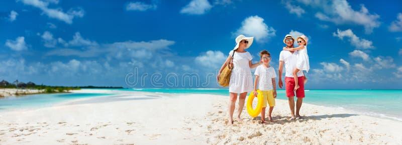 Familia en vacaciones tropicales de la playa imagen de archivo libre de regalías
