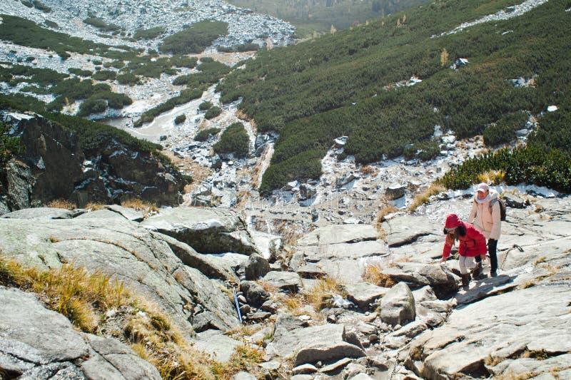 Familia en viaje de la montaña El subir ascendente en tiempo frío fotografía de archivo