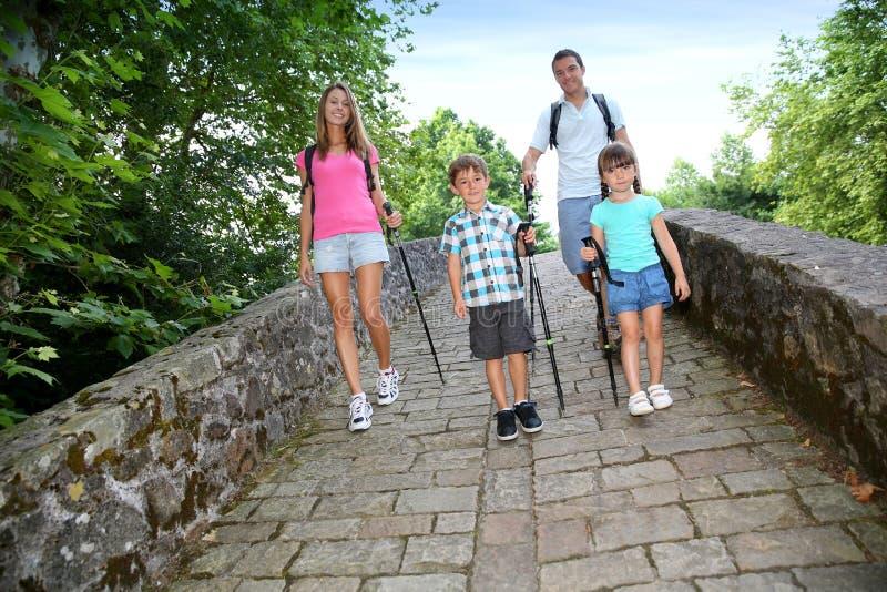 Familia en viaje que camina imagenes de archivo