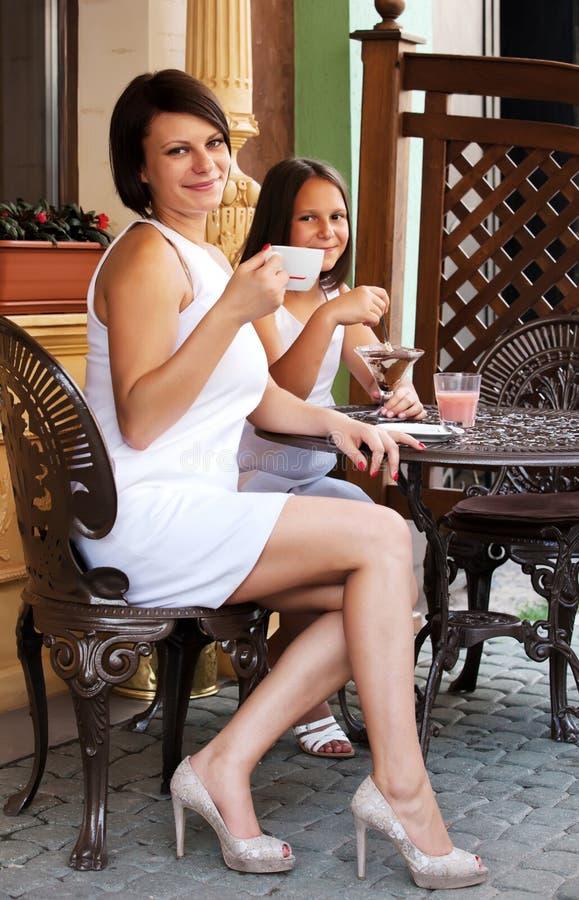 Familia encantadora en café imagenes de archivo