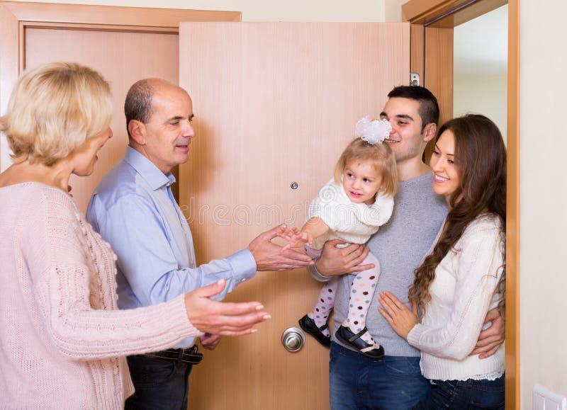 Familia envejecida de la reunión de los pares en el umbral imágenes de archivo libres de regalías