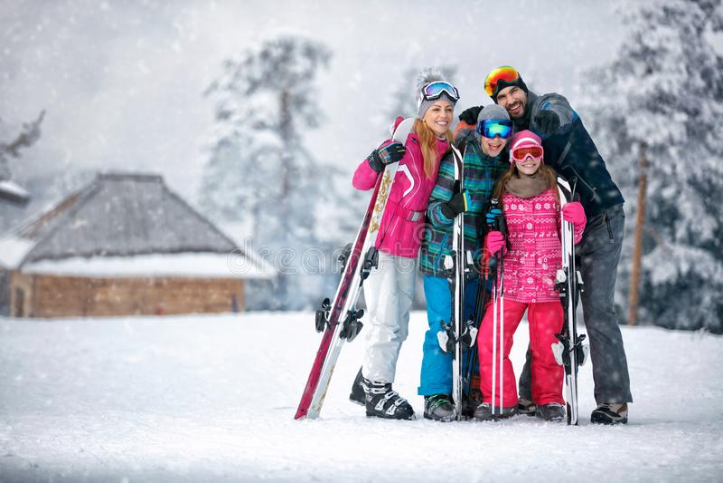 Familia, esquí, sol y diversión el vacaciones en montañas imagenes de archivo