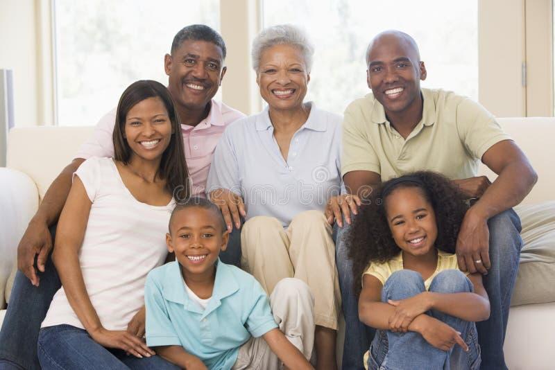 Familia extensa en la sonrisa de la sala de estar foto de archivo libre de regalías