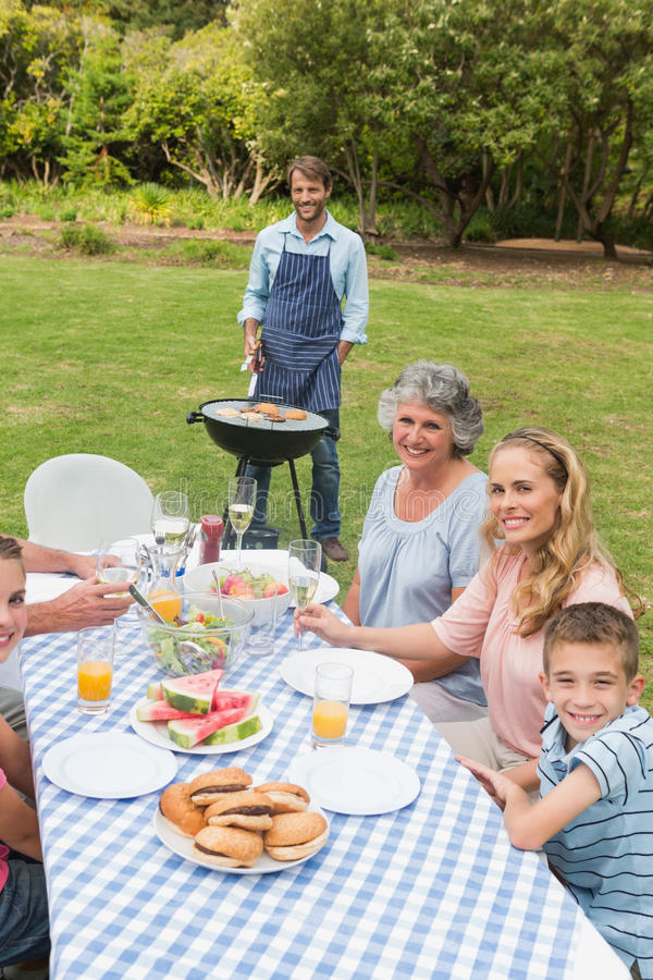 Familia extensa feliz que tiene una barbacoa imagen de archivo