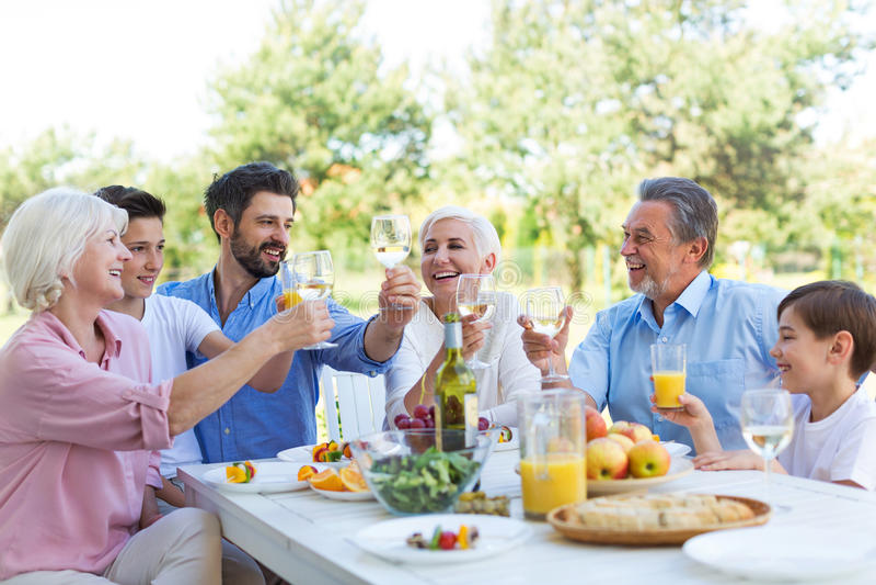 Familia extensa que come al aire libre fotografía de archivo