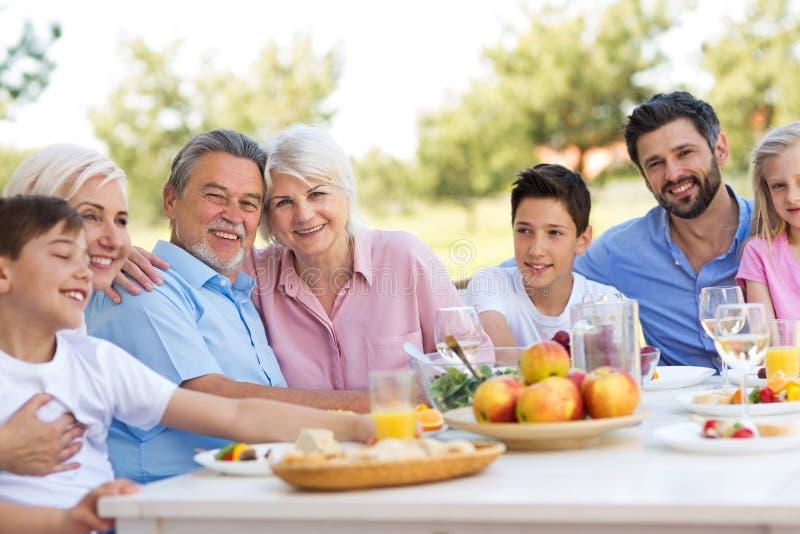 Familia extensa que come al aire libre fotos de archivo libres de regalías