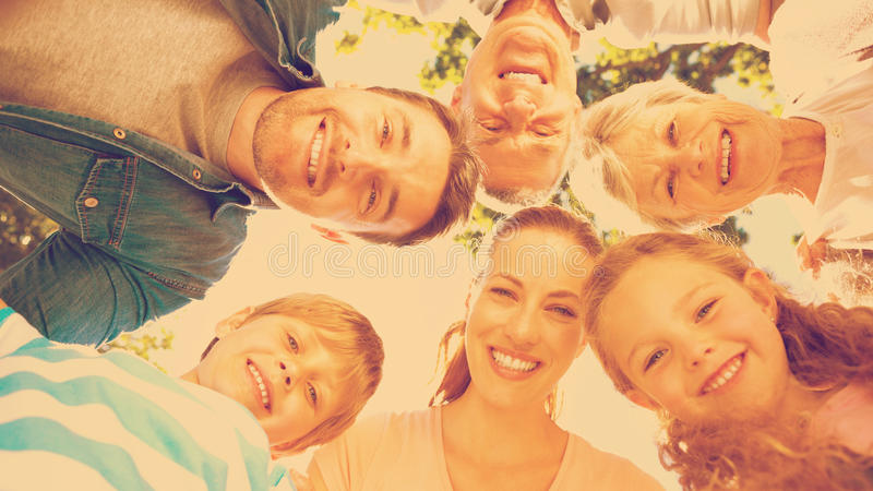 Familia extensa que forma el grupo en parque imagenes de archivo