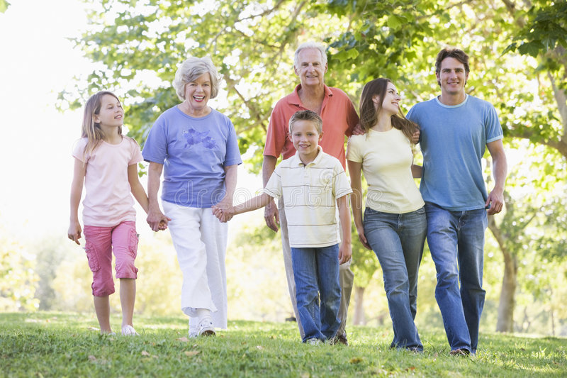 Familia extensa que recorre en manos de la explotación agrícola del parque fotos de archivo libres de regalías