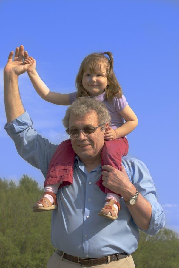 Familia feliz afuera fotos de archivo libres de regalías