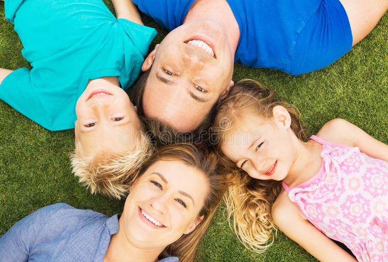 Familia feliz afuera foto de archivo