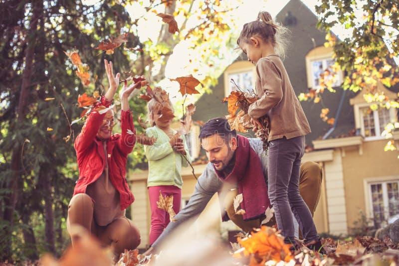 Familia feliz afuera en patio trasero colorido de la caída fotos de archivo libres de regalías