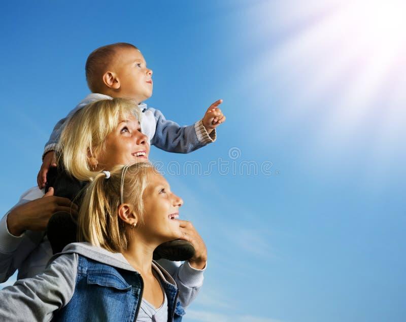 Familia feliz al aire libre imagen de archivo libre de regalías