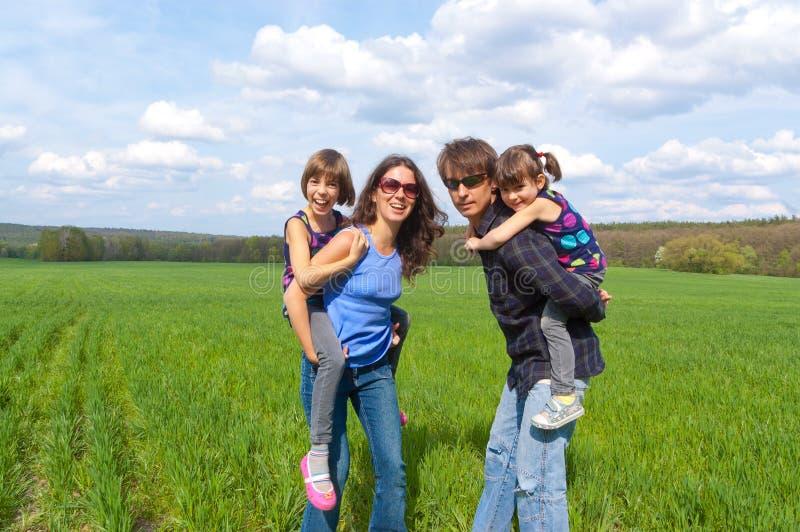Familia feliz al aire libre que se divierte imagen de archivo libre de regalías