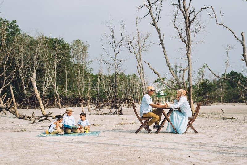 Familia feliz asiática que tiene una comida campestre fotos de archivo libres de regalías
