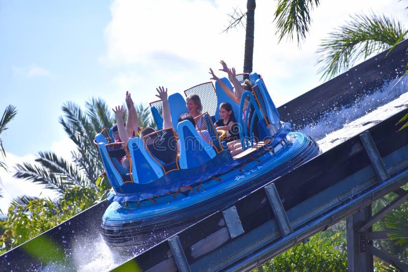 Familia feliz a bordo del barco de la balsa gozar el excitar de pendiente en Seaworld Marine Theme Park fotografía de archivo libre de regalías