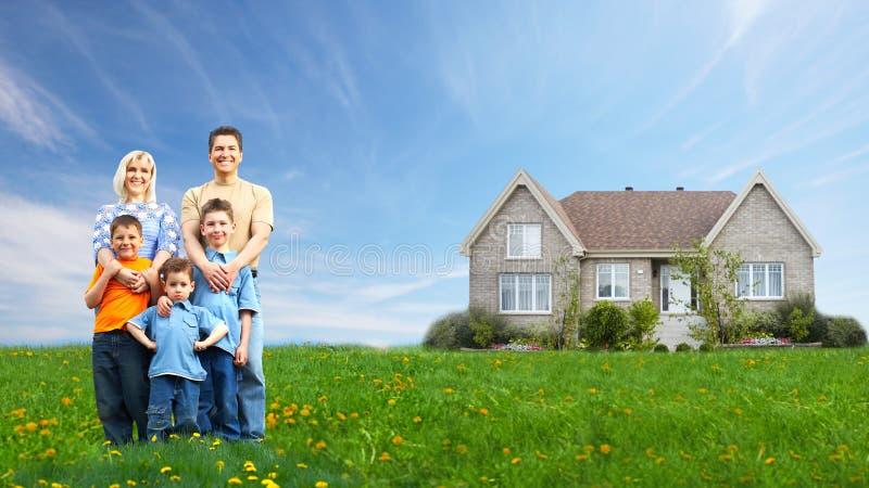 Familia feliz cerca de la nueva casa. imagenes de archivo