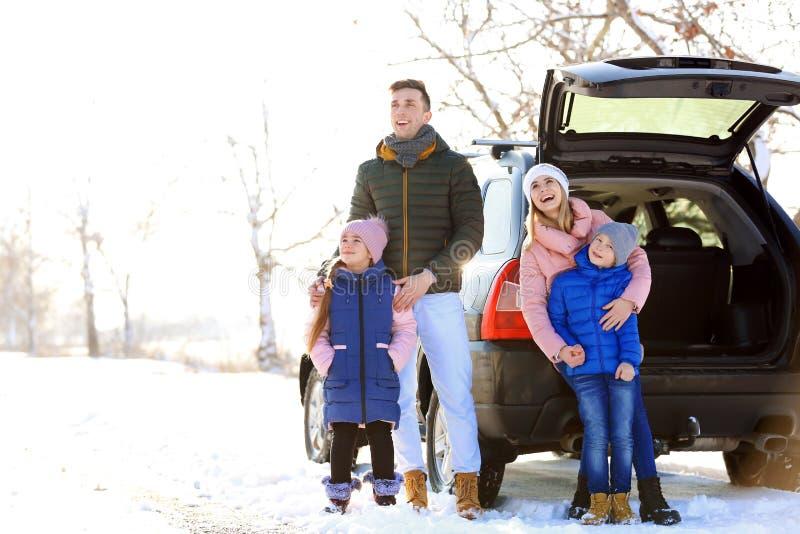 Familia feliz cerca del coche el día imagen de archivo libre de regalías