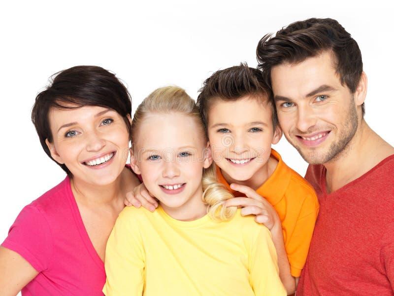 Familia feliz con dos niños en blanco foto de archivo