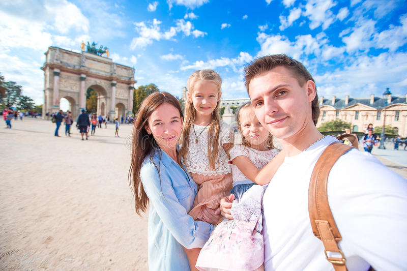 Familia feliz con dos niños en París en francés foto de archivo