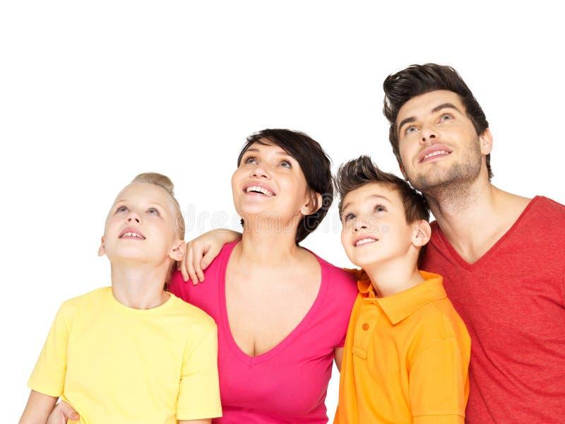 Familia feliz con dos niños que miran para arriba foto de archivo libre de regalías