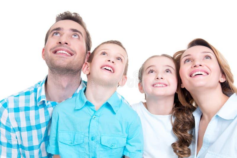 Familia feliz con dos niños que miran para arriba imágenes de archivo libres de regalías