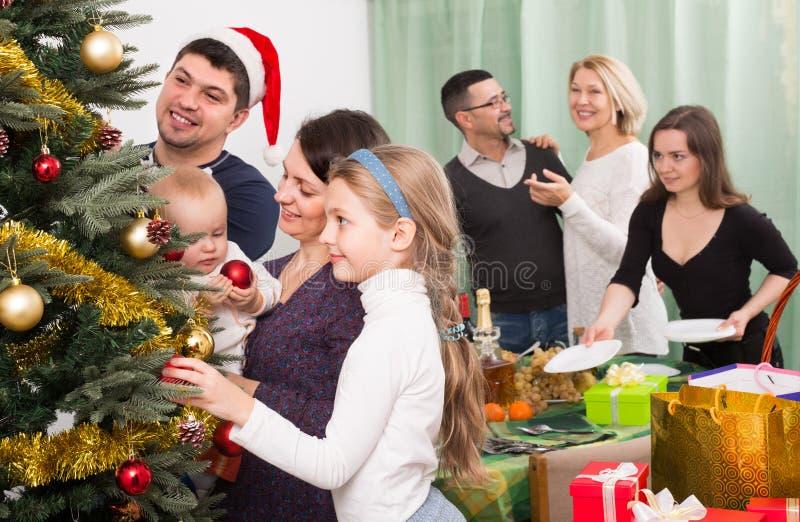 Familia Feliz Con El árbol De Navidad En Casa Imagen de archivo ...