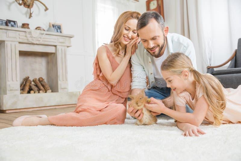 Familia feliz con el conejo fotos de archivo libres de regalías