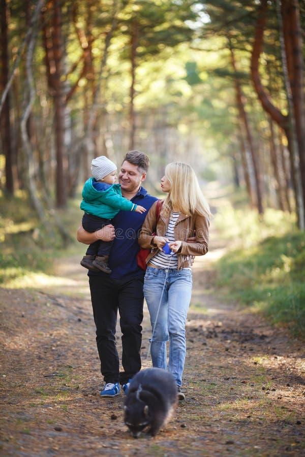 Familia feliz con el mapache foto de archivo