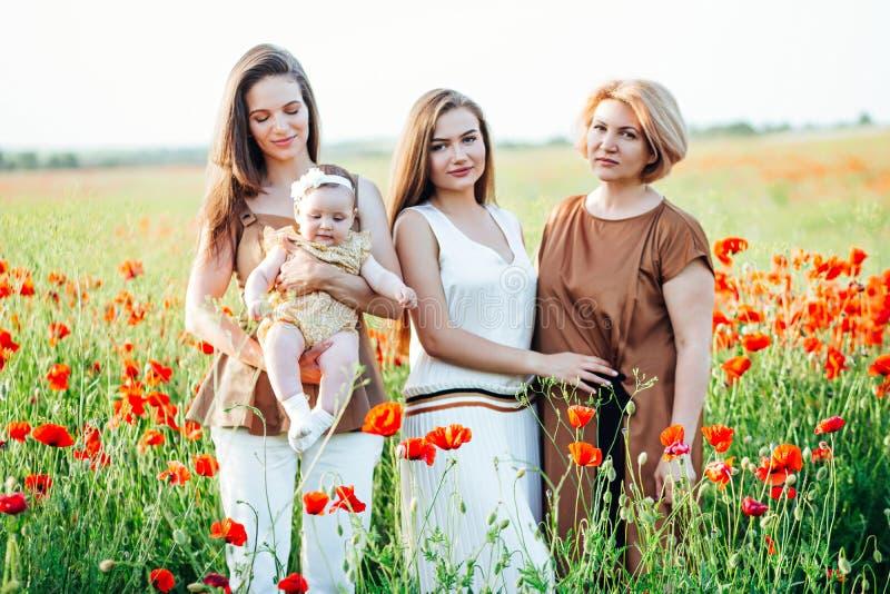 Familia feliz con el paseo del beb? del ni?o del beb? en naturaleza fotos de archivo