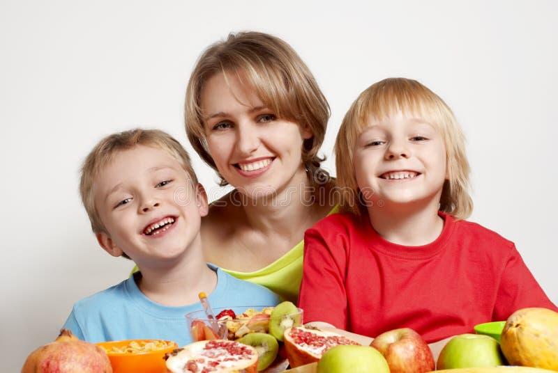 Familia feliz con la fruta imagenes de archivo