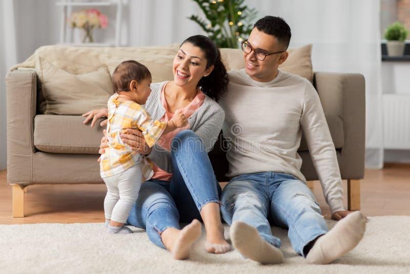 Familia feliz con la hija del bebé en casa fotografía de archivo libre de regalías
