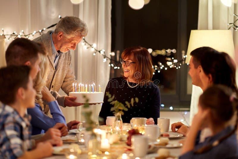familia feliz con la torta que tiene fiesta de cumplea?os imagen de archivo libre de regalías